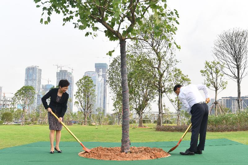 行政長官林鄭月娥(左)今日(八月三十一日)與深圳市委書記王偉中(右)在深圳前海紫荊園一同植樹。