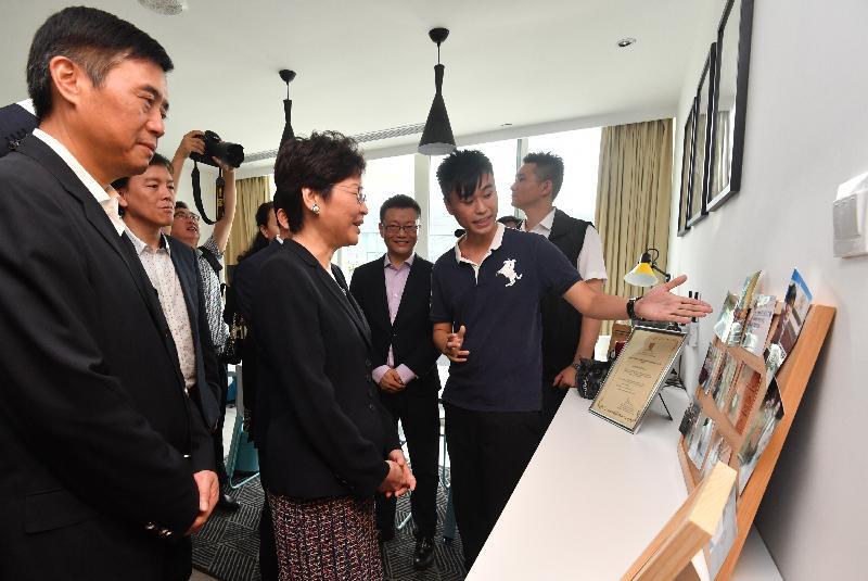 行政長官林鄭月娥今日(八月三十一日)到訪深圳前海深港青年夢工場。圖示林鄭月娥(左二)參觀人才驛站。