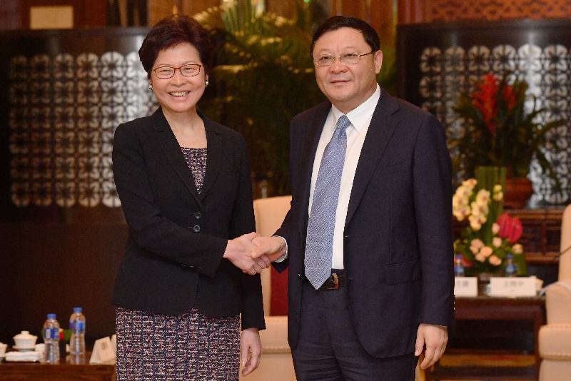 行政長官林鄭月娥今日(八月三十一日)在深圳與深圳市委書記王偉中會面。圖示林鄭月娥(左)與王偉中(右)於會面前握手。