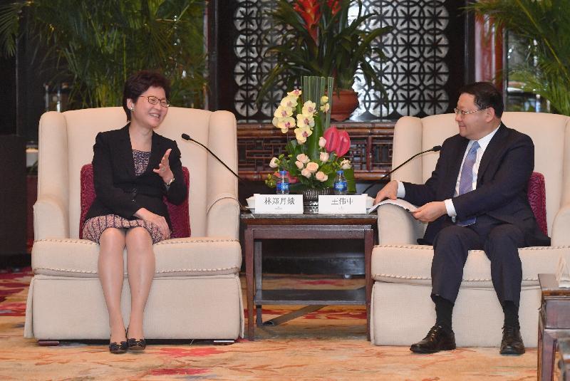 行政長官林鄭月娥(左)今日(八月三十一日)在深圳與深圳市委書記王偉中(右)會面。