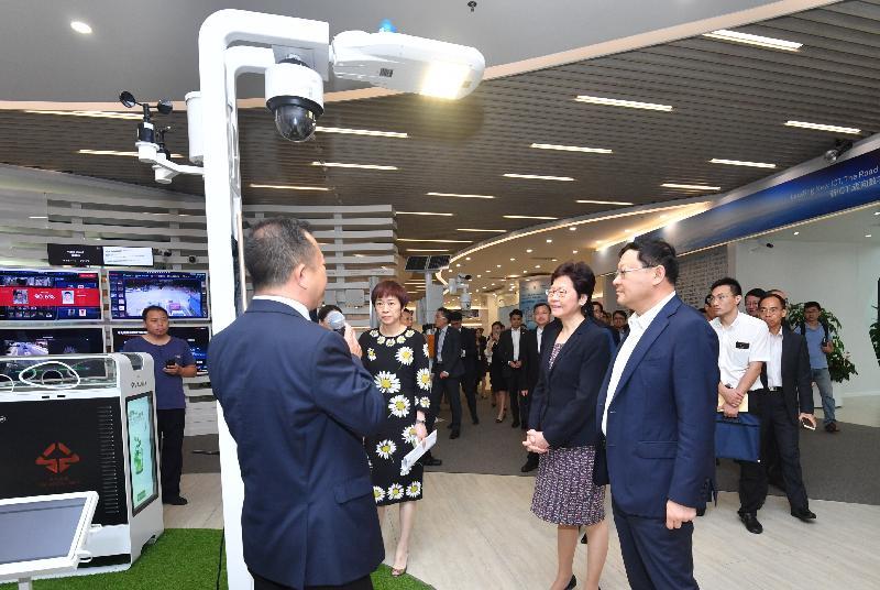 行政長官林鄭月娥今日(八月三十一日)在深圳參觀華為技術有限公司。圖示林鄭月娥(右二)聽取職員介紹該公司的運作情況。