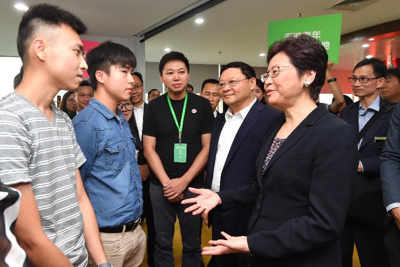 行政長官林鄭月娥今日(八月三十一日)在深圳參觀深港青年創新創業基地。圖示林鄭月娥(右一)與香港和內地青年交流。