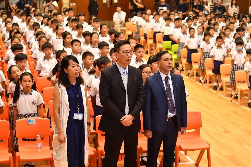 教育局局长杨润雄(前排中)今日(九月一日)探访基督教宣道会宣基小学,在开学礼上与该校师生合唱歌曲,传扬关爱信息。