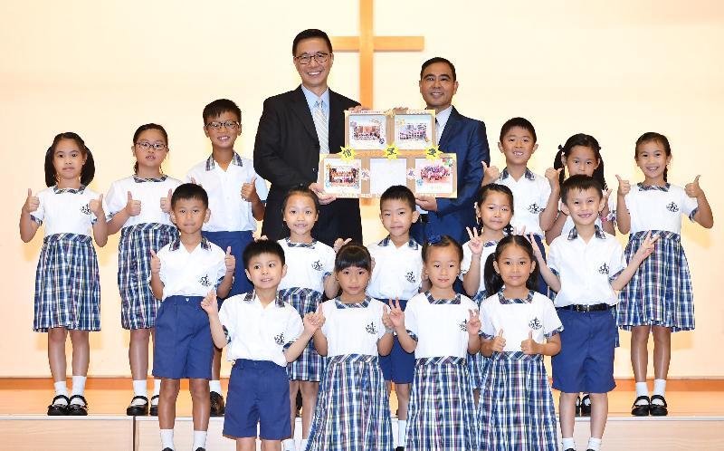 教育局局长杨润雄(后排左四)今日(九月一日)在基督教宣道会宣基小学开学礼上与该校校长郑坚民(后排右四)及学生合照。