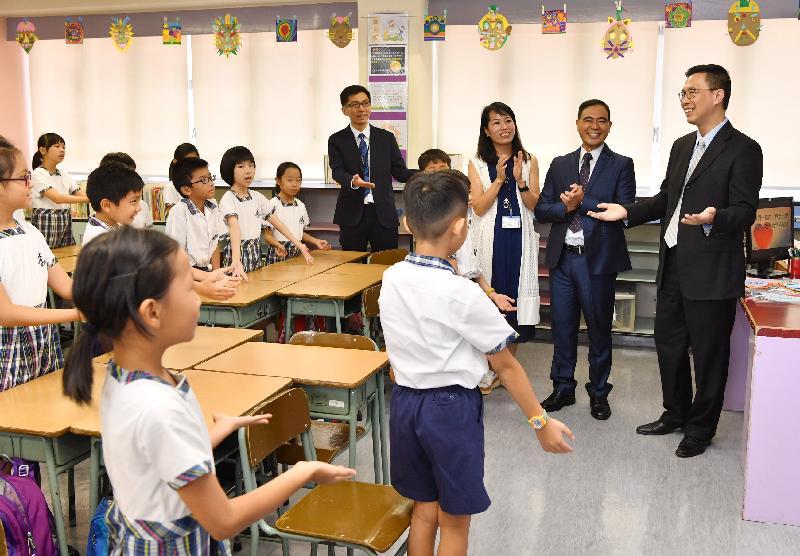 教育局局长杨润雄(右一)今日(九月一日)探访基督教宣道会宣基小学,参观课堂活动,并与师生合唱歌曲,传扬关爱信息。