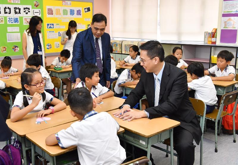 教育局局长杨润雄(右一)今日(九月一日)探访基督教宣道会宣基小学,参加课堂活动,与学生一同制作鼓励同学的书签。