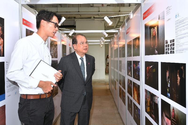 政務司司長張建宗(右)今日(九月一日)在香港浸會大學參觀香港攝影記者協會《前線.焦點2016》新聞攝影比賽得獎作品展。