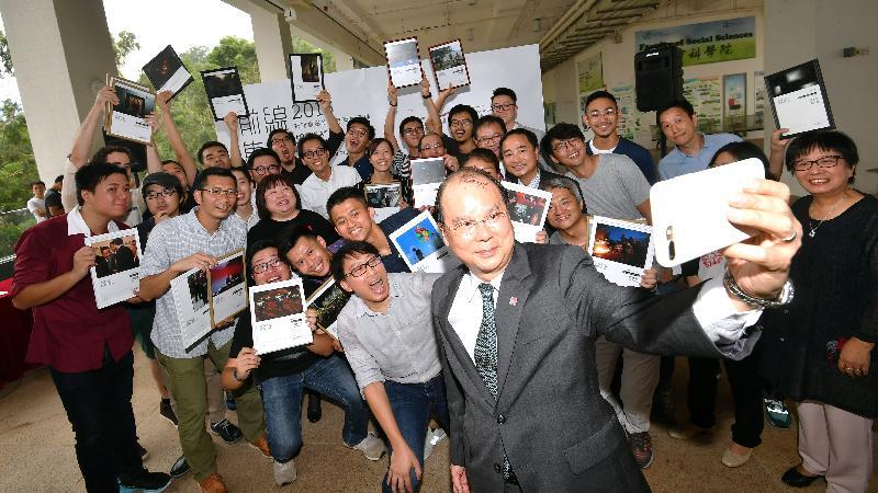 政務司司長張建宗今日(九月一日)在香港浸會大學出席香港攝影記者協會《前線.焦點2016》新聞攝影比賽得獎作品展暨頒獎禮。圖示張建宗與其他嘉賓及得獎者在頒獎禮上自拍合照。