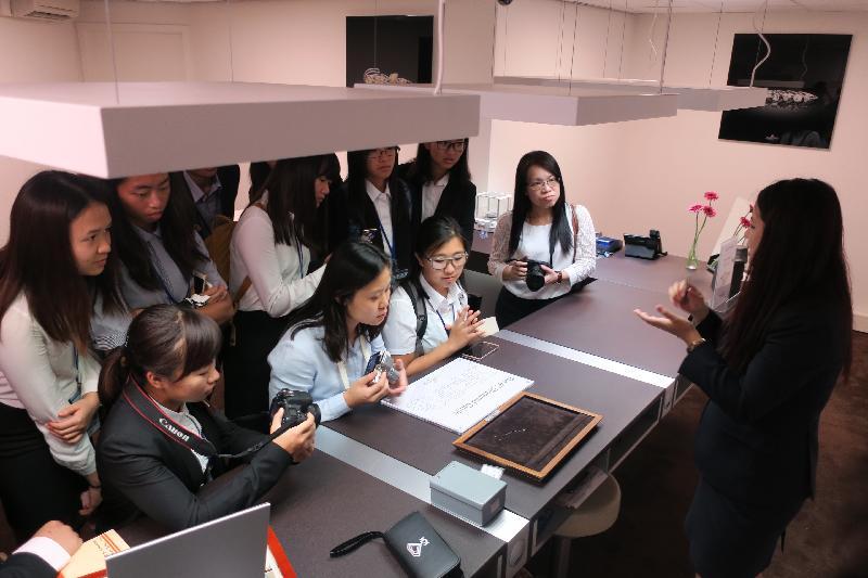 參加「港毅行.港精神」交流活動的香港青年在訪問比利時期間,於八月二十八日在安特衛普參觀Diamondland鑽石貿易場,並聽取簡介,了解當地的鑽石行業。