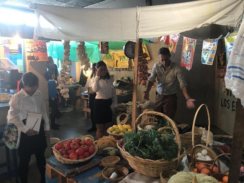 參加「港毅行.港精神」交流活動的香港青年八月二十九日在比利時布魯塞爾參加氣候變化對糧食生產影響的研討會,其間樂施會代表向他們介紹複製的典型玻利維亞雜貨店。