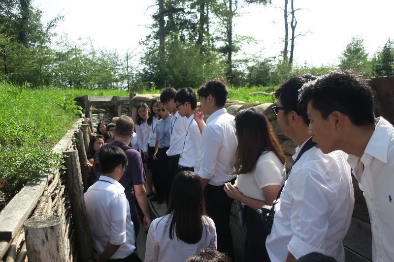 在比利時參加「港毅行.港精神」交流活動的香港青年八月二十九日於法蘭德斯Zonnebeke參觀第一次世界大戰「1917紀念博物館」,在戰壕聽取導賞員介紹。