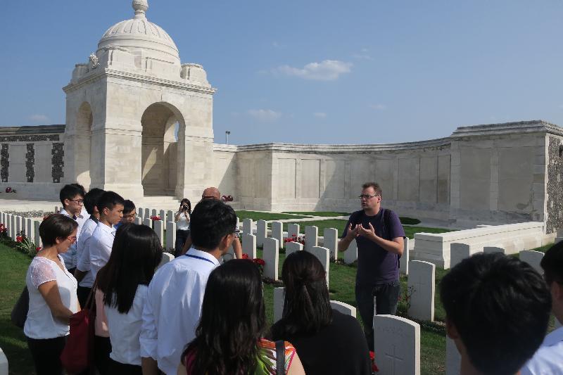 在比利時參加「港毅行.港精神」交流活動的香港青年八月二十九日參觀位於法蘭德斯毗鄰Ieper的Tyne Cot戰爭紀念館。該紀念館是世界上最大的英聯邦戰爭公墓,葬有約11 960名陣亡將士。