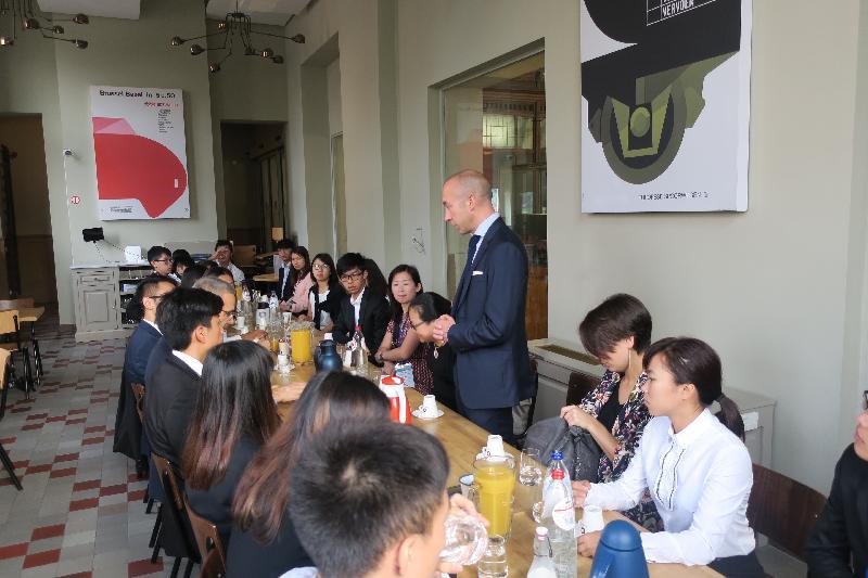 參加「港毅行.港精神」交流活動的香港青年八月三十日在比利時布魯塞爾參觀「火車世界」鐵路博物館,聽取比利時鐵路公司SNCB/NMBS首席財務總監奧利維耶.海寧介紹當地鐵路發展。