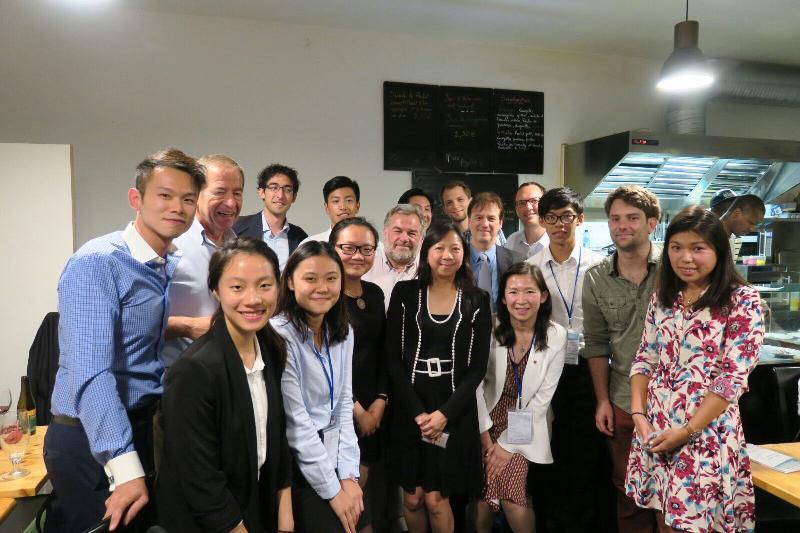 香港駐歐洲聯盟特派代表林雪麗(前排左四)八月三十日在比利時布魯塞爾與比利時香港協會主席皮埃爾.斯蒂爾(第二排左二)、協會其他會員和參加「港毅行.港精神」交流活動的香港青年在歡送晚宴上合照。