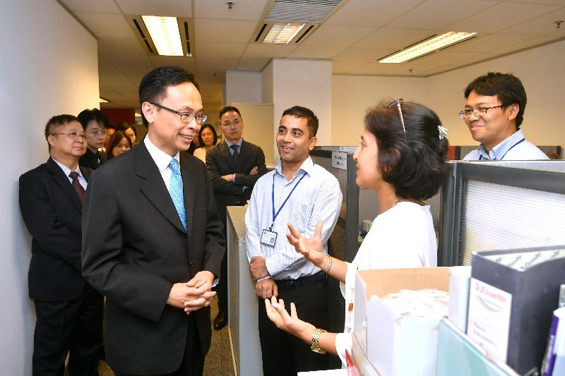 The Secretary for Constitutional and Mainland Affairs, Mr Patrick Nip, visited the Equal Opportunities Commission (EOC) today (September 6). Photo shows Mr Nip (second left), accompanied by the Chairman of the EOC, Professor Alfred Chan (first left), exchanging views with staff members of the Ethnic Minority Unit to understand more about their work in promoting equal opportunities for ethnic minorities.