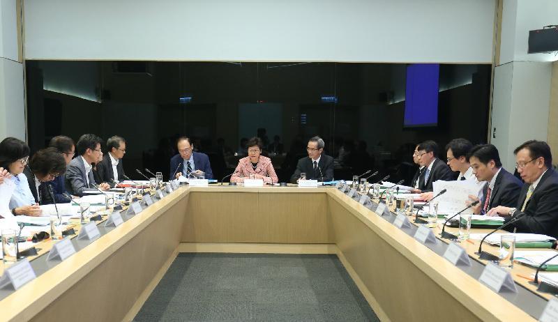 土地供應專責小組今日(九月六日)舉行第一次會議。行政長官林鄭月娥(中)出席部分會議,旁為專責小組主席黃遠輝(右)和副主席黃澤恩博士(左)。