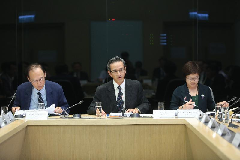 土地供應專責小組主席黃遠輝(中)和副主席黃澤恩博士(左)今日(九月六日)主持專責小組第一次會議。