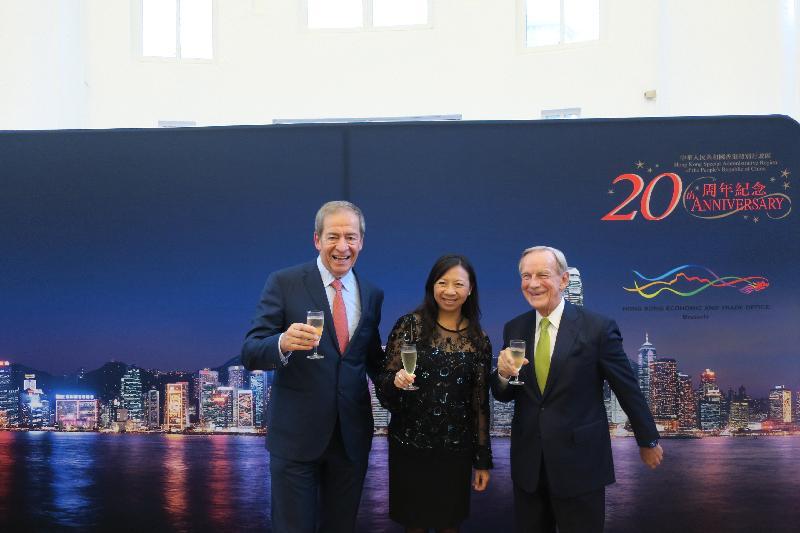 香港駐歐洲聯盟特派代表林雪麗、亞洲青年管弦樂團委員會主席詹康信(右)和比利時香港協會主席Piet Steel(左)昨日(布魯塞爾時間九月五日)在酒會上祝酒,一同祝賀香港特別行政區成立二十周年。