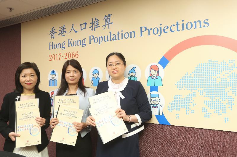 政府統計處副處長陳萃如(中)今日(九月八日)在記者會上,公布最新香港人口推算數字。旁為政府統計處助理處長羅翠鳳(左)和高級統計師黃倩莊。