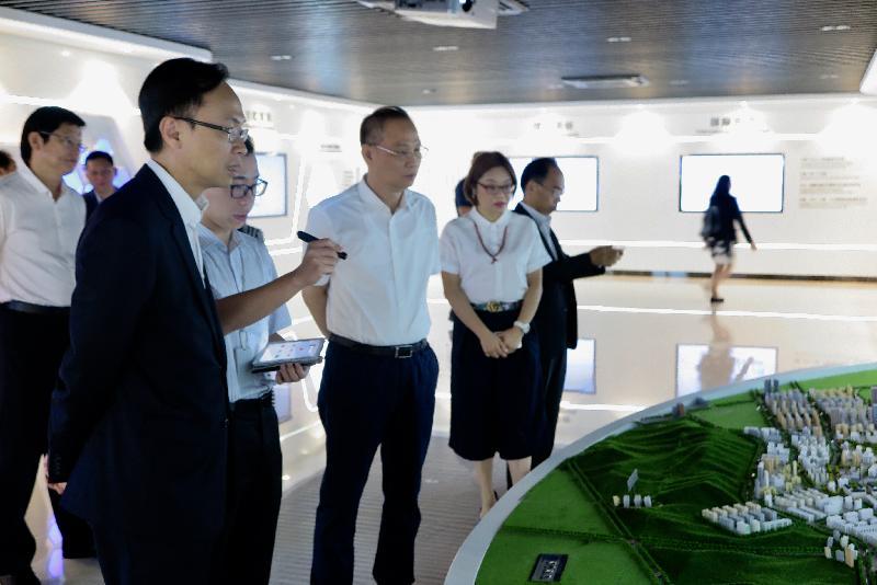 政制及內地事務局局長聶德權(左一)今日(九月八日)在中山參觀國家健康基地,了解中山健康產業的發展,以及對香港企業的機遇。