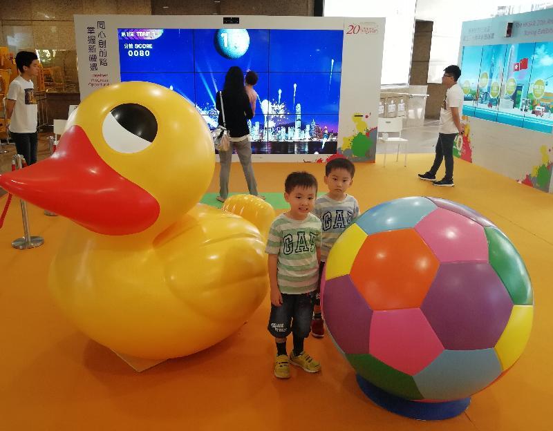 「香港特别行政区成立二十周年巡回展览」今日(九月八日)移师铜锣湾时代广场举行最后一场。图示小朋友在展览会场与小黄鸭和足球立体模型拍照留念。