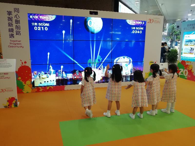 「香港特别行政区成立二十周年巡回展览」今日(九月八日)移师铜锣湾时代广场举行最后一场。图示小朋友在展览会场参加互动游戏。