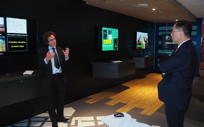 創新及科技局局長楊偉雄(右)今日(九月八日)訪問悉尼期間,參觀澳洲聯邦科學與工業研究組織旗下的Data61,聽取研究人員介紹網絡保安、智慧城巿和大數據分析的研究項目。