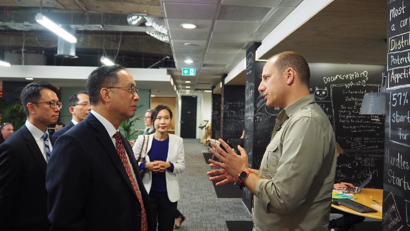 創新及科技局局長楊偉雄(左二)今日(九月八日)在澳洲悉尼訪問金融科技培育中心Stone & Chalk,聽取行政總裁Alex Scandurra(右一)介紹中心協助金融初創企業發展的運作模式。