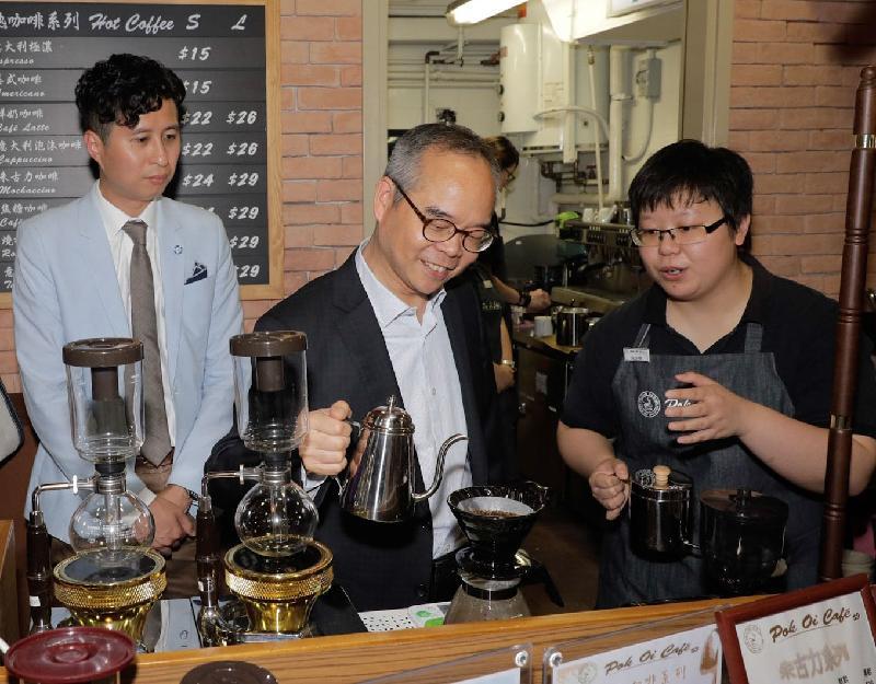 The Secretary for Home Affairs, Mr Lau Kong-wah (centre), today (September 8) visits Yuen Long District and tours Pok Oi Café, a social enterprise in Tin Heng Estate, Tin Shui Wai.