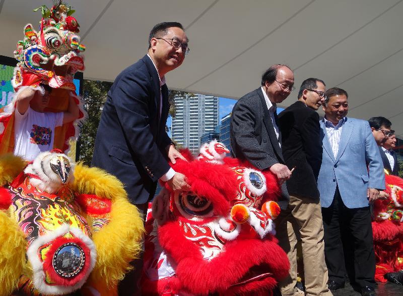 「HK20缤纷嘉年华」今日(悉尼时间九月九日)在悉尼举行。图示创新及科技局局长杨伟雄(左一)与其他嘉宾主持嘉年华开幕礼的点晴仪式。