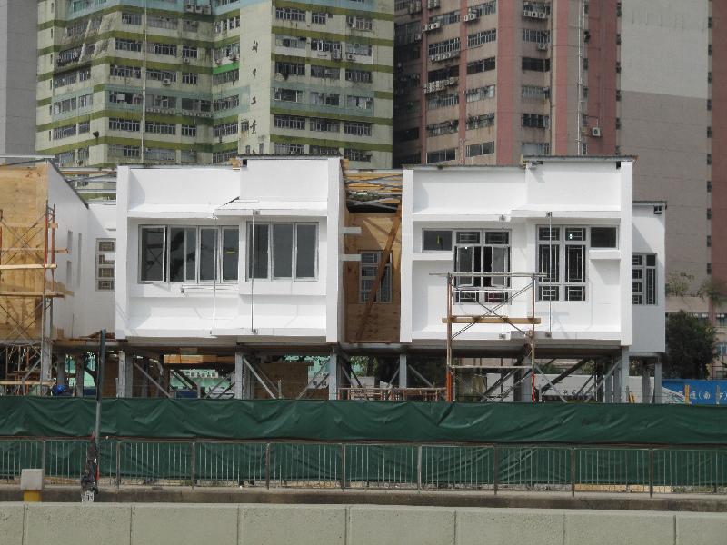 香港房屋委員會(房委會)今日(九月十日)宣布在公營房屋採用「減音窗」緩減交通噪音。圖示設置在交通繁忙路段旁的模擬單位,安裝了「減音窗」作實地測試。