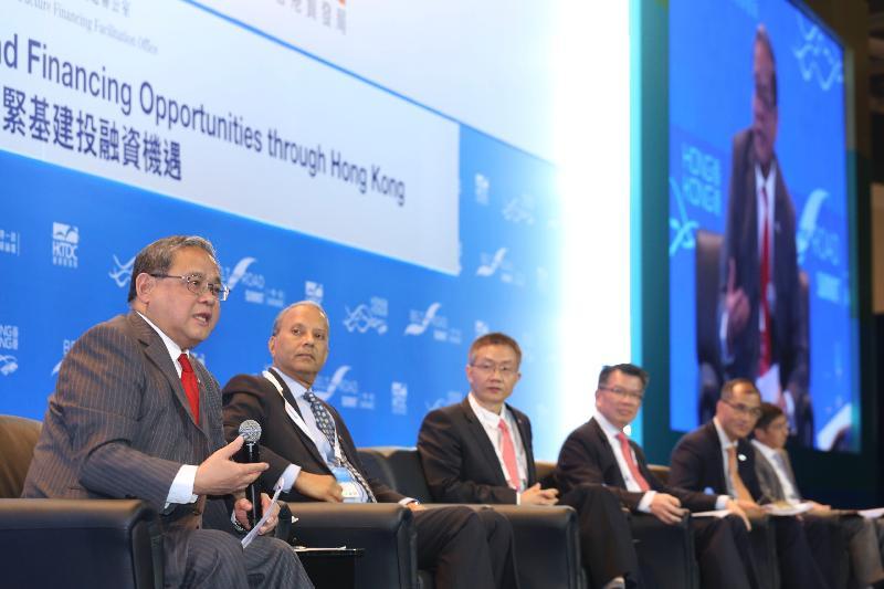 馮氏集團主席兼基建融資促進辦公室顧問馮國經博士(左一)今日(九月十一日)主持「一帶一路高峰論壇」一個專題討論環節,推廣香港抓緊「一帶一路」融資機遇的獨特優勢。