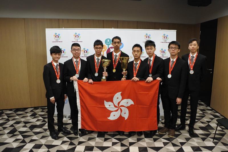 國際大都會奧林匹克香港代表隊展示獎牌及獎杯。左起:黃梓駿、陳澤賦、黃子峯、Rahul Arya、李承恩、梁睿軒、李信明、黃亦駿。