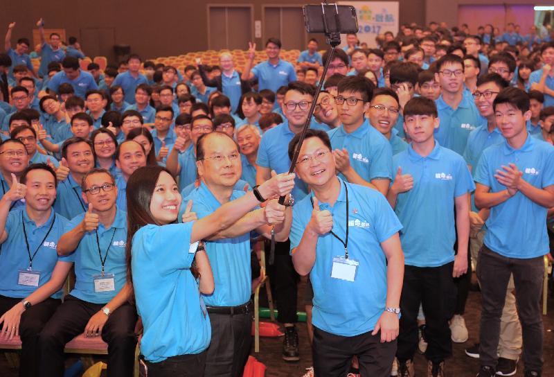 政務司司長張建宗今日(九月十一日)出席香港機電業推廣工作小組舉辦的「機電.啟航」迎新典禮。圖示張建宗(前排中)和其他嘉賓在活動上合照。