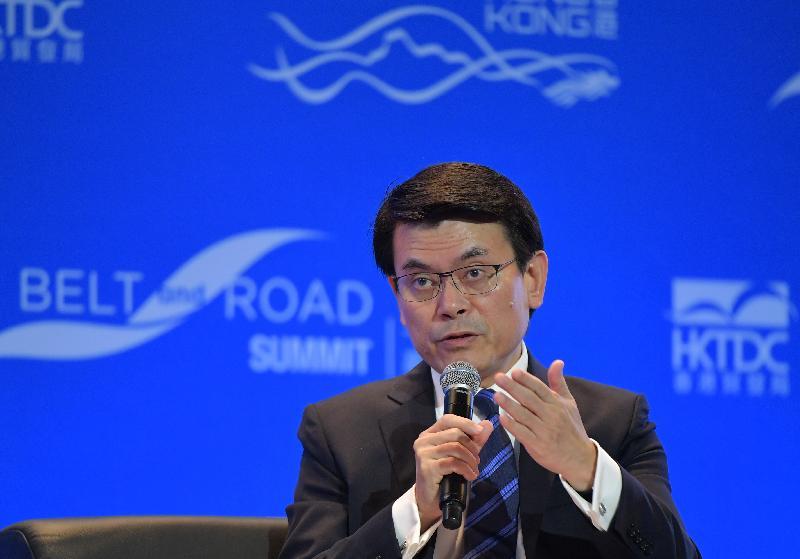 商務及經濟發展局局長邱騰華今日(九月十一日)出席「一帶一路高峰論壇」,他在題為「投資『一帶一路』:與政策官員對話」的討論環節上,就香港在「一帶一路」倡議中擔當的角色分享他的見解。