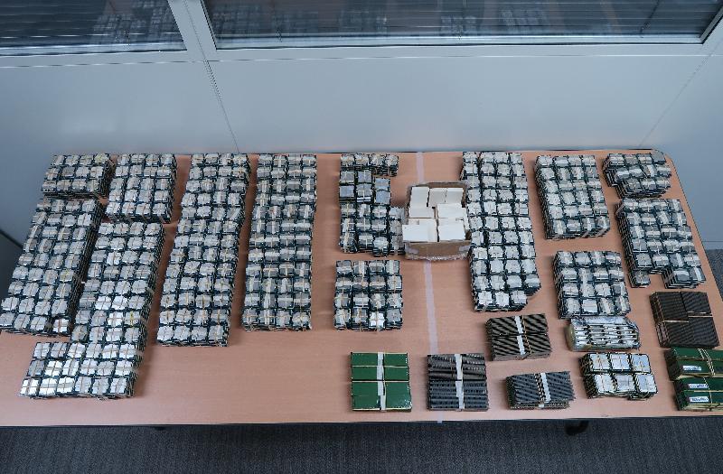 香港海關昨日(九月十二日)及今日(九月十三日)在落馬洲管制站檢獲懷疑走私物品,包括四千零九十件電腦中央處理器、四百九十二件電腦記憶體、約二點五公斤懷疑象牙製品及一百五十二部舊智能電話,估計市值約四百六十五萬。