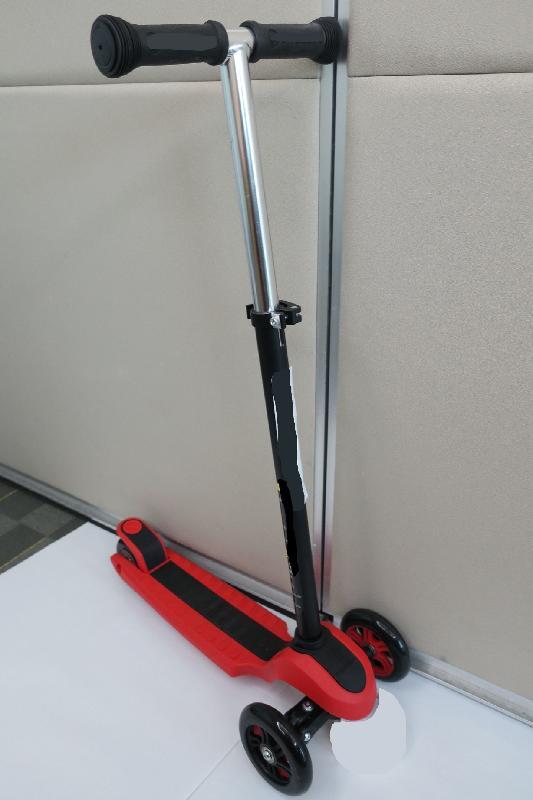 香港海關今日(九月十四日)提醒市民留意六款有潛在危險的兒童滑板車。該型號後輪與車身之間的間隙有引致夾手的風險。另外,在強度測試中手柄管倒塌,容易使騎乘者摔倒。