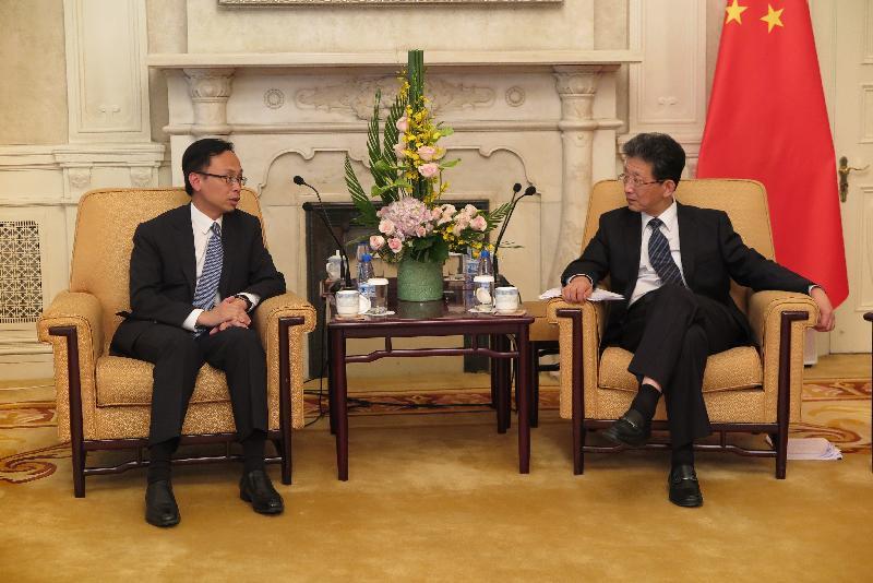 政制及內地事務局局長聶德權(左)九月十三日在北京與北京市常務副市長張工會面,就加強京港兩地的交流和合作交換意見。