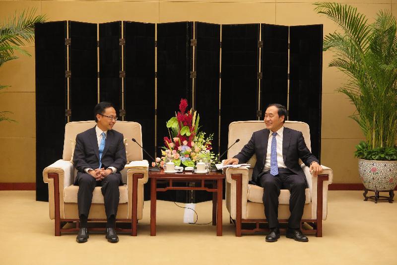 政制及內地事務局局長聶德權(左)今日(九月十四日)上午在天津與天津市副市長趙海山會面,就加強津港合作交流意見。