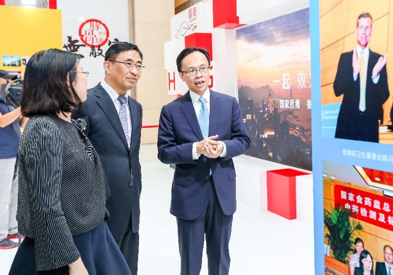 政制及內地事務局局長聶德權(右一)今日(九月十四日)在天津參觀「香港回歸祖國二十周年——同心創前路 掌握新機遇」成就展天津巡迴展。