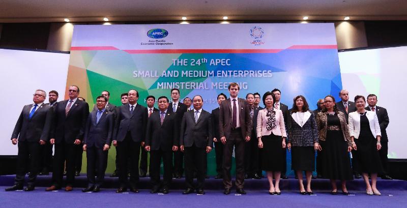 商務及經濟發展局副局長陳百里博士(後排左六)今日(九月十五日)在越南胡志明市出席第二十四次亞太區經濟合作組織中小企業部長會議,和其他與會的部長合照。