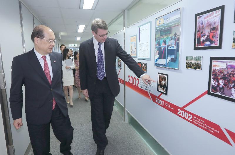 政務司司長張建宗(左)今日(九月十五日)聽取效率促進組專員蘇啟龍(右)簡介該組歷史。