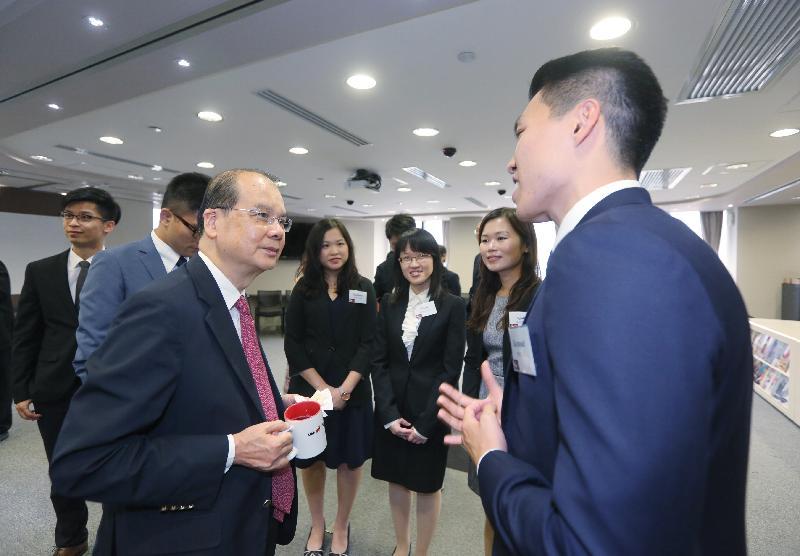 政務司司長張建宗(左)今日(九月十五日)與效率促進組同事會面交談。
