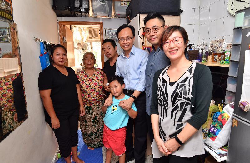 政制及內地事務局局長聶德權(右三)今日(九月十五日)探訪油尖旺區內一個少數族裔家庭,了解他們在香港的生活情況和需要。