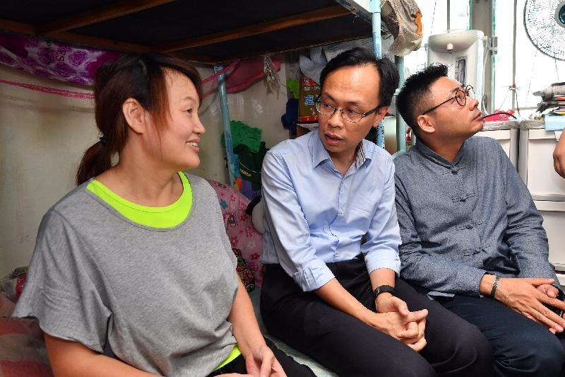 政制及內地事務局局長聶德權(中)今日(九月十五日)到訪油尖旺區,探訪一戶新來港家庭,了解他們在香港的生活情況和需要。