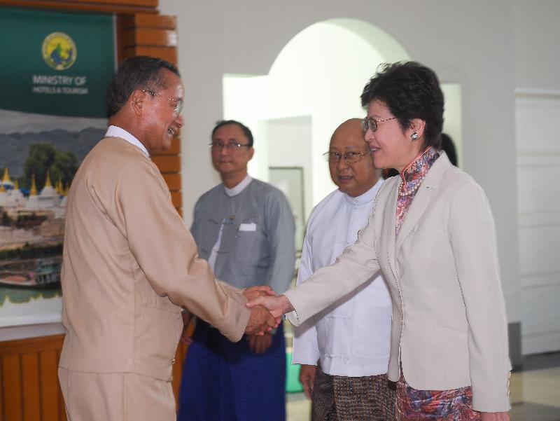 行政長官林鄭月娥今日(九月十五日)展開緬甸訪問行程。圖示林鄭月娥(右)上午在首都內比都與酒店和旅遊部部長吳翁貌(左)會面。