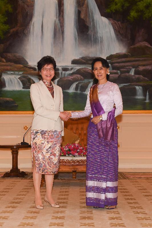 行政長官林鄭月娥今日(九月十五日)展開緬甸訪問行程。圖示林鄭月娥(左)上午在首都內比都拜會國務資政、總統府部部長兼外交部部長昂山素姬(右)。