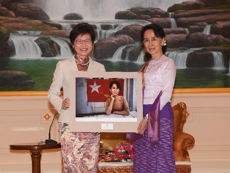 行政長官林鄭月娥今日(九月十五日)展開緬甸訪問行程。圖示林鄭月娥(左)上午在首都內比都拜會國務資政、總統府部部長兼外交部部長昂山素姬(右)時,向對方致送一幅由著名攝影師Steve McCurry拍攝及親筆簽名的照片。