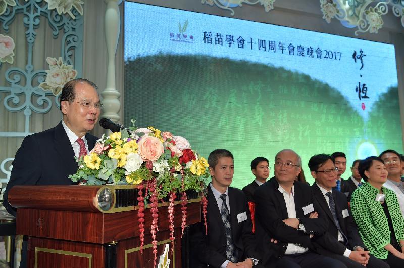 政務司司長張建宗(左一)今日(九月十五日)出席稻苗學會十四週年會慶晚會,並在活動上致辭。