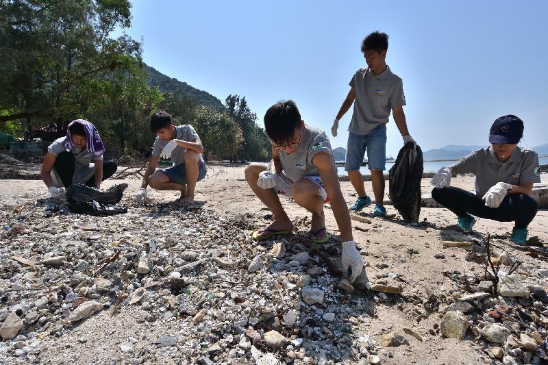 漁 農 自 然 護 理 署 與 香 港 潛 水 總 會 再 度 合 作 , 今 日 ( 九 月 十 六 日 ) 在 西 貢 橋 咀 舉 辦 海 岸 清 潔 日 。 圖 示 義 工 清 理 海 灘 垃 圾 。